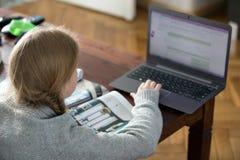Muchachas adolescentes que trabajan en un ordenador portátil Fotografía de archivo libre de regalías