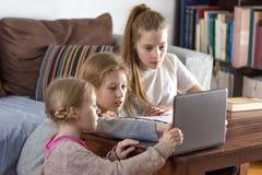 Muchachas adolescentes que trabajan en un ordenador portátil Imagen de archivo