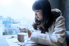 Muchachas adolescentes que usan Internet en un teléfono celular Fotos de archivo libres de regalías