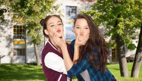 Muchachas adolescentes sonrientes felices del estudiante que se divierten Foto de archivo libre de regalías