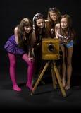 Muchachas adolescentes y cámara antigua Fotos de archivo libres de regalías