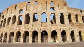 Muchachas adorables que se divierten delante de Colosseum en Roma, Italia almacen de video