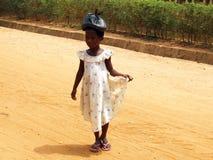 Muchachas africanas con el bolso en la pista Fotos de archivo libres de regalías