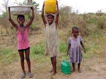 Muchachas africanas que toman el agua - Ghana Foto de archivo libre de regalías
