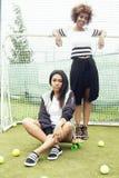 Muchachas afroamericanas de la pertenencia étnica bastante multi de los jóvenes que se divierten en el campo del foothball, club  Imagen de archivo libre de regalías