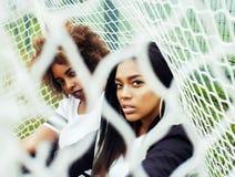 Muchachas afroamericanas de la pertenencia étnica bastante multi de los jóvenes que se divierten en f Fotos de archivo libres de regalías
