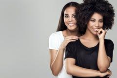 Muchachas afroamericanas hermosas sonrientes Fotografía de archivo libre de regalías