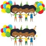 Muchachas afroamericanas que abrazan y que sostienen el regalo envuelto colorido Fotos de archivo