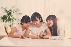 Muchachas alegres con smartphones Imagen de archivo libre de regalías