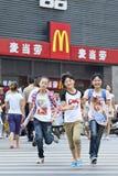 Muchachas alegres delante del mercado de MacDonals, Xiang Yang, China Fotos de archivo libres de regalías