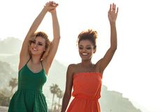 Muchachas alegres el vacaciones de verano foto de archivo libre de regalías