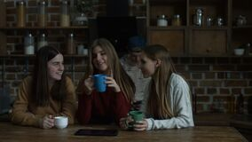 Muchachas alegres emocionadas que discuten los últimos chismes almacen de video