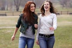 Muchachas alegres en el parque del resorte Fotografía de archivo libre de regalías