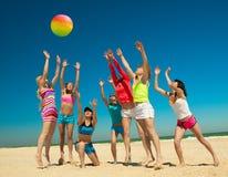 Muchachas alegres que juegan a voleibol Foto de archivo libre de regalías