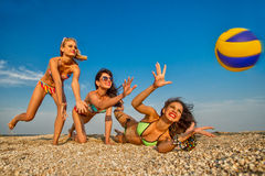 Muchachas alegres que juegan a voleibol Fotos de archivo