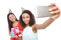 Muchachas alegres que llevan a cabo presentes de cumpleaños Foto de archivo libre de regalías