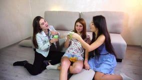 Muchachas americanas que beben la cerveza en el partido almacen de metraje de vídeo