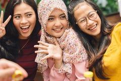 Muchachas amistosas que hacen el selfie en café Fotos de archivo libres de regalías