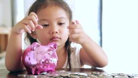 Muchachas asiáticas con los ahorros para el futuro almacen de metraje de vídeo