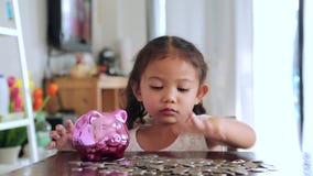 Muchachas asiáticas con los ahorros para el futuro almacen de video