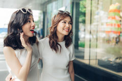 Muchachas asiáticas hermosas con los panieres que caminan en la calle Imagen de archivo