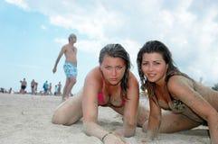 Muchachas atractivas en la playa Fotografía de archivo libre de regalías