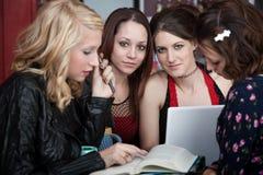 Muchachas atractivas en un café Imagen de archivo