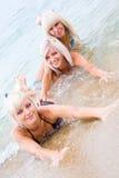 Muchachas atractivas hermosas en la playa Imagenes de archivo