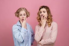 Muchachas atractivas jovenes chocadas y muy sorprendidas Sus ojos están abiertos de par en par y sus bocas se abren fotografía de archivo libre de regalías