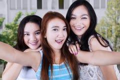 Muchachas bonitas emocionadas que toman un selfie Fotografía de archivo