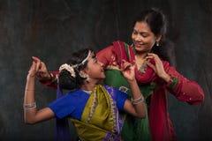 Muchachas bonitas en trajes tradicionales Imágenes de archivo libres de regalías