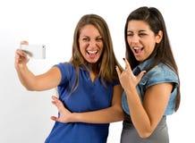 Muchachas bonitas que presentan mientras que toma las fotos de Selfie Fotografía de archivo
