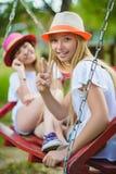 Muchachas caucásicas adolescentes felices sonrientes en el oscilación Imagen de archivo