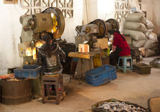 Muchachas chinas que trabajan en una fábrica Fotografía de archivo libre de regalías