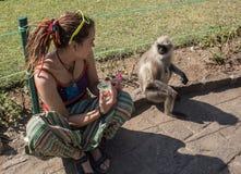 Muchachas con el mono Foto de archivo libre de regalías