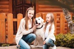 Muchachas con el perro al aire libre Imágenes de archivo libres de regalías