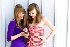 Muchachas con el teléfono móvil Foto de archivo libre de regalías