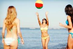 Muchachas con la bola en la playa Imagenes de archivo
