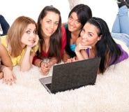 Muchachas con la computadora portátil Foto de archivo