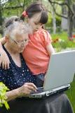 Muchachas con la computadora portátil fotografía de archivo