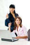 Muchachas con la computadora portátil y el documento Imagen de archivo libre de regalías