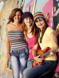 Muchachas con la guitarra y la pared de la pintada Imagen de archivo libre de regalías