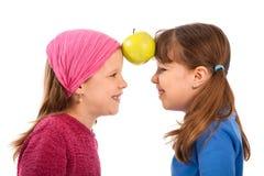 Muchachas con la manzana Foto de archivo libre de regalías