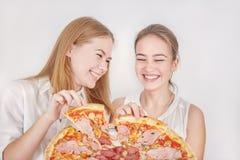 Muchachas con la pizza Imágenes de archivo libres de regalías