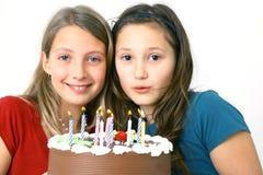 Muchachas con la torta de cumpleaños Fotografía de archivo libre de regalías