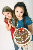 Muchachas con la torta de cumpleaños Imágenes de archivo libres de regalías