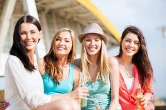 Muchachas con las bebidas en la playa Imagen de archivo