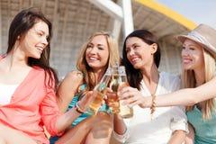 Muchachas con las bebidas en la playa Foto de archivo libre de regalías