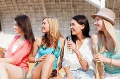 Muchachas con las bebidas en la playa Imágenes de archivo libres de regalías