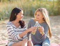 Muchachas con las bebidas en la playa Fotografía de archivo